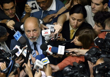 法官噶斯曼(Juan Guzman)宣布作出审判皮诺切特的决定,接受记者采访(AFP PHOTO 2004-12-13)