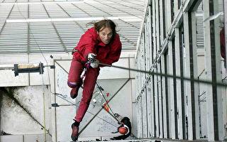 现实版蜘蛛人腾空而起!瞬间飞奔到对面栏杆