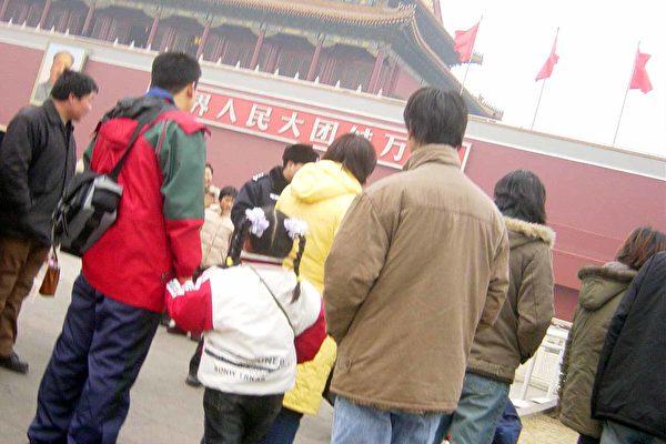 天安门城楼前警察林立(大纪元图片﹐1月28日摄)