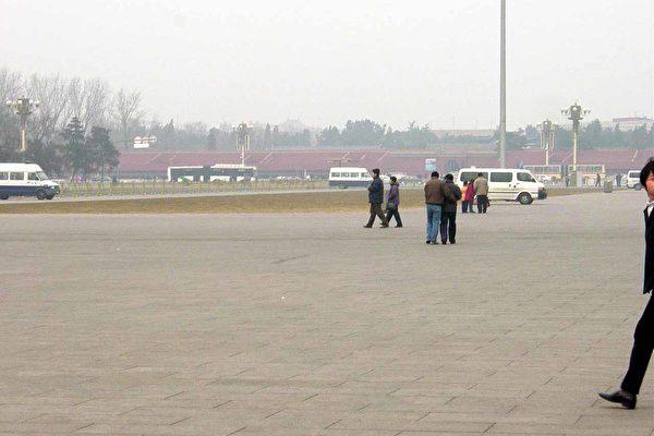 天安门广场游人稀少﹐警车密布(大纪元图片﹐1月28日摄)