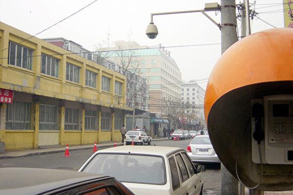 从黄色楼房旁边拐向后边就是富强胡同﹐入口处警车密布。(大纪元图片﹐1月28日摄)