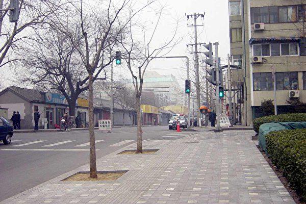 富强胡同实行了交通管制﹐路旁停的除了很多的警车外﹐就是便衣的警车。(大纪元图片﹐1月28日摄)
