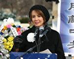 南希‧珀罗希是美国历史上第一个领导主要大党的女性。她一直连任加州第八区国会众议员。该区包括含中国城在内的旧金山市大部分地区﹐区内各族裔多样化。2002年秋﹐南希‧珀罗希在众议院获得压倒多数的信任投票﹐被选为民主党党魁。她任众议院情报永久性委员会成员10年之久。图为南希·珀罗希在华府国会山悼紫阳暨告别中共国际大集会上致词。大纪元摄影记者丽莎。