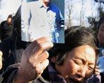 一位妇女在北京八宝山革命公墓外失声痛哭悼念赵紫阳。法新社照片