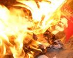3月23日晚,聖地亞哥部份民眾自發銷毀中共書籍和音像製品。(大紀元)