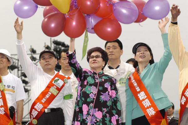 副總統呂秀蓮將和平的心願繫在氣球上,讓和平空飄到中國大陸。(大紀元)