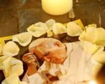 2005年4月2日,梵蒂崗聖彼得堡敎堂外,民眾哀悼教宗(圖片來源:Getty Images)