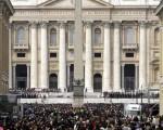 2005年4月3日,梵蒂岡聖伯多祿教堂前舉行追思彌撒。(AFP