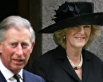 2005年4月4日,查尔斯王子偕同未婚妻卡蜜拉前往伦敦西敏寺参加悼念教宗仪式。( AFP)