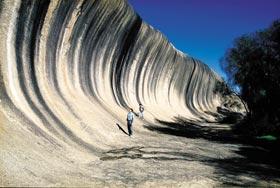 地质奇景波浪岩是西澳相当受欢迎的景点。(澳旅局提供/自由时报)