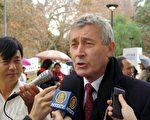 6月26日, 澳洲大律师博纳德.克莱瑞(Bernard Collaery)先生在悉尼贝尔莫公园声援陈用林、郝凤军及250万退党志士大型集会中接受媒体采访。(大纪元图片)