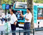 被法国警察扣押的非法拍照的两名中国籍男子(大纪元)