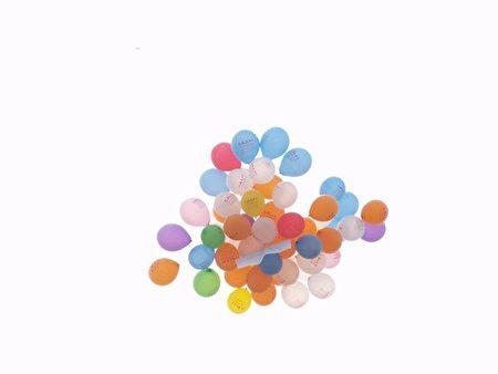 在媽媽的幫助下,菲爾將綁在氦氣球上的卡片送上天空。(Tang-Ping/大紀元)