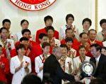 2004年9月06日,袁伟民代表中国奥运金牌获得者接受香港特首董建华颁发纪念品。法新社照片