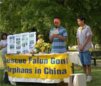 汽车之旅成员Robert在亨城大泉公园新闻发布会上发言(大纪元)。