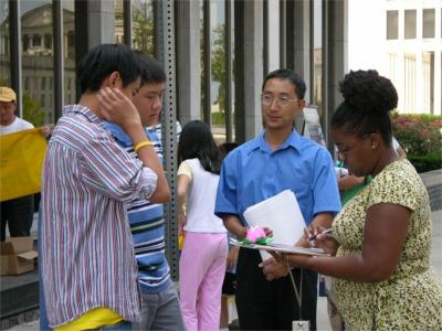 田纳西人报记者在采访汽车之旅成员Andy(左),Robert(中)和Jason(大纪元)。