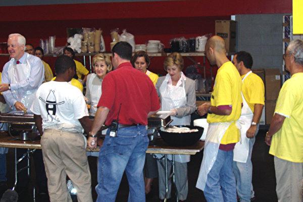 美國第一夫人勞拉,德州參議員JOHN CORNYN,KAY BAILY HUTCHISON,以及眾議員GENE GREEN,共同為難民們分派午餐。(大紀元)