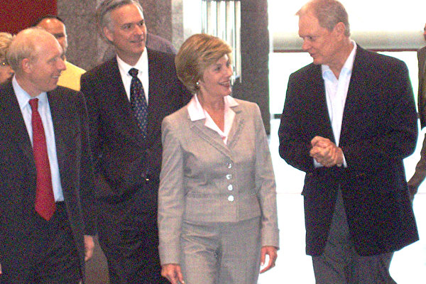 美國第一夫人勞拉到休斯頓開放為避難所的喬治布朗會議中心﹐部份政府人員陪同。(大紀元)