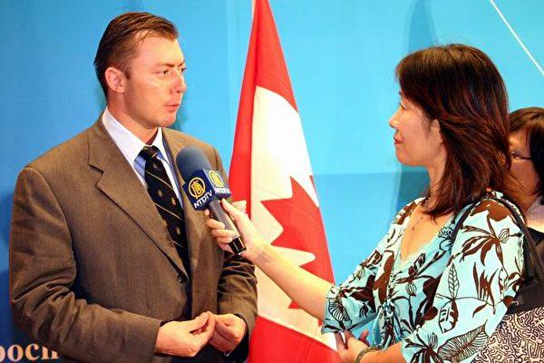 加拿大的國會議員羅伯.安德斯(Rob Anders)接受記者采訪