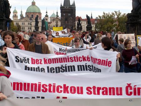 組圖:布拉格聲援退党游行