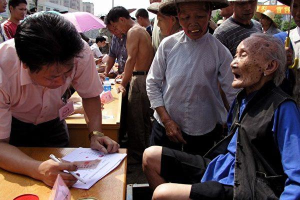 圖:太石村九十多歲老人來到簽名現場,要求罷免貪官。(大紀元)