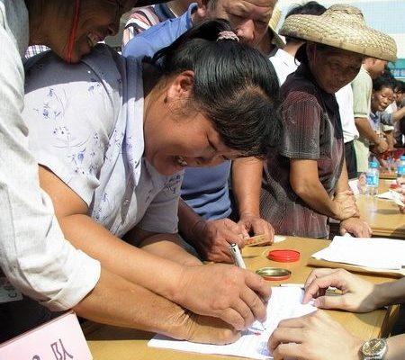 圖:太石村村民簽名,要求罷免貪官。(大紀元)   <p><figcaption class=