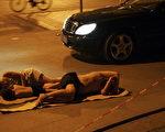 武汉外来民工睡在路边 (Getty Images 2005-7-7)