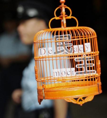 香港民主人士抗議香港「鳥籠中的民主」。(AFP/Getty Images 2005-10-30)