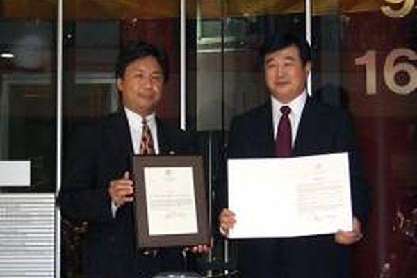 一九九九年六月二十五日,李洪志先生在接受伊利诺伊州州长、州财政部长和芝加哥市长的颁奖。(图片提供:明慧网)