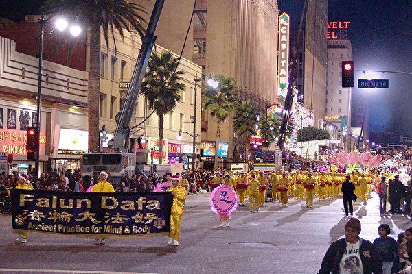 法輪功隊伍經過好萊塢大道。(大紀元)