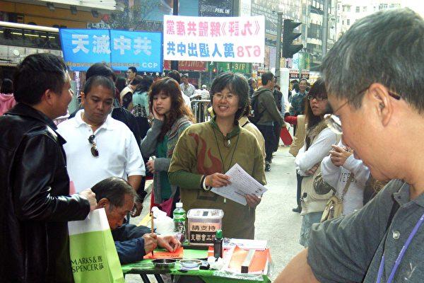 市民围着华叔,要写挥春之余,亦和他讨论国是。(大纪元)