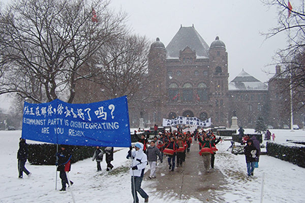 游行队伍从省议会出发