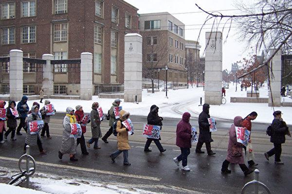 游行队伍走过著名的多伦多大学