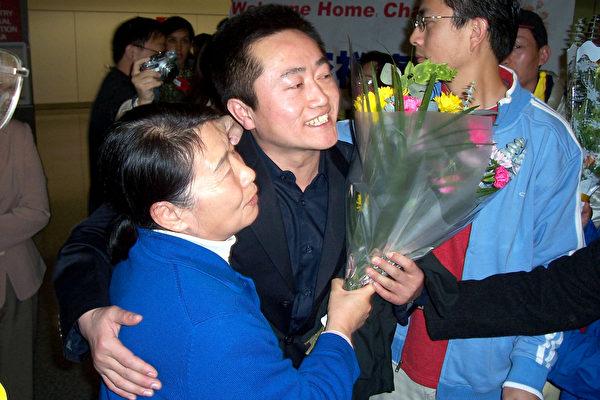 李祥春在機場受到了熱烈的歡迎和媒體的採訪 (大紀元圖片)