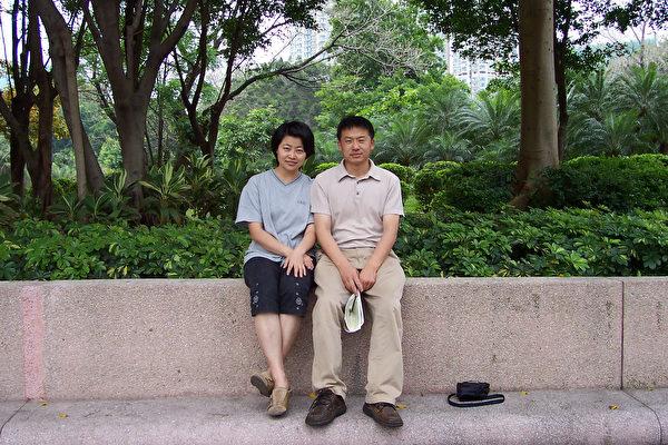 2004年4月﹐朝暉不遠萬里﹐飛來香港和我見面。攝于九龍公園。