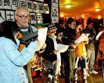 甘浩望神父(左二)与争取港人内地子女居港权人士在集会上唱歌增加声势(大纪元记者吴琏宥摄)