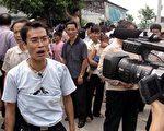 去年太石村維權運動遭中共鎮壓,圖為一位村民正接受外國記者採訪。 (AFP/Getty Images 2005-9-11)