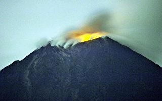 组图:印尼火山将喷发 居民不慌不急