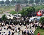 2005年9月12日,廣東省太石村村民面對防暴警察。法新社照片