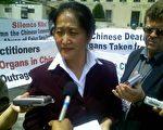 王文怡在法庭外接受媒体采访 (大纪元)