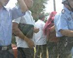 """当地的暴徒在警察的眼前,将车子毁坏!陈光诚声援团开着一辆伤痕累累的私家轿车,于28日早晨8点多""""逃""""回北京!(由陈光诚救援团提供)"""