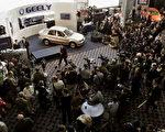 2006年1月10日,中国杭州的吉利轿车第一次在底特律召开的北美国际车展上亮相。(Bill Pugliano/Getty Images)
