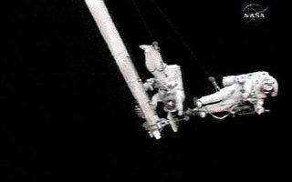 太空人進行機械臂修理太空梭工作測試