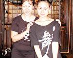 (左)「樂舞族」的陳嘉琪老師及客座舞蹈指導陳丹老師。(楊天儀攝/大紀元)