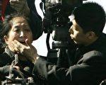 王文怡喊话现场,旁边有个中共中央电视台记者企图捂住她的嘴。王文怡说,他没有权力对我进行这种肢体攻击。他的行径通过现场国际镜头,让全世界都看到了。所以,我要以人身攻击罪起诉他。