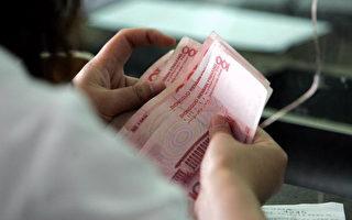 民币中间价5月25日被大幅下调225点,创2011年3月以来最低。(GOH CHAI HIN/AFP/Getty Images 2006-5-15)