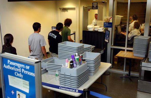 2020年3月份,為了遏制中共病毒進一步傳播,美國運輸安全管理局(TSA)改變了標準安檢程序。(Darren McCollester/Getty Images)