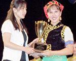 (右)陳嘉琪在「北美洲中國舞比賽」獲得總冠軍。(樂舞族提供)