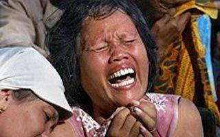 2006年5月27日一场强烈地震袭击了印尼中部地区,许多建筑物夷为平地。当时许多人还在睡梦中来不及逃生造成惨重伤亡。图为村民在亲人葬礼上伤心痛哭。(GettyImages)
