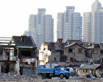 上海的拆遷戶是一顆威力強大的未爆彈,上海幫佔地為王,強拆民宅,圖利特定人士,又不顧流離失所的原住民,民怨甚深。 (LIU JIN/AFP/Getty Images)